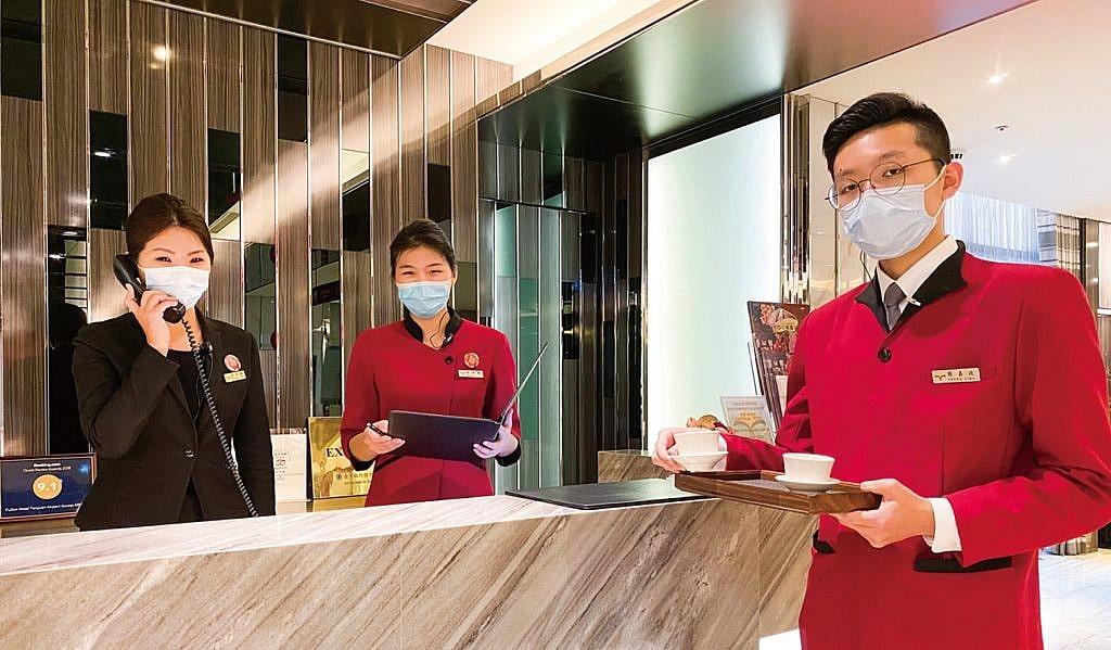 Hotelpersonal mit Masken
