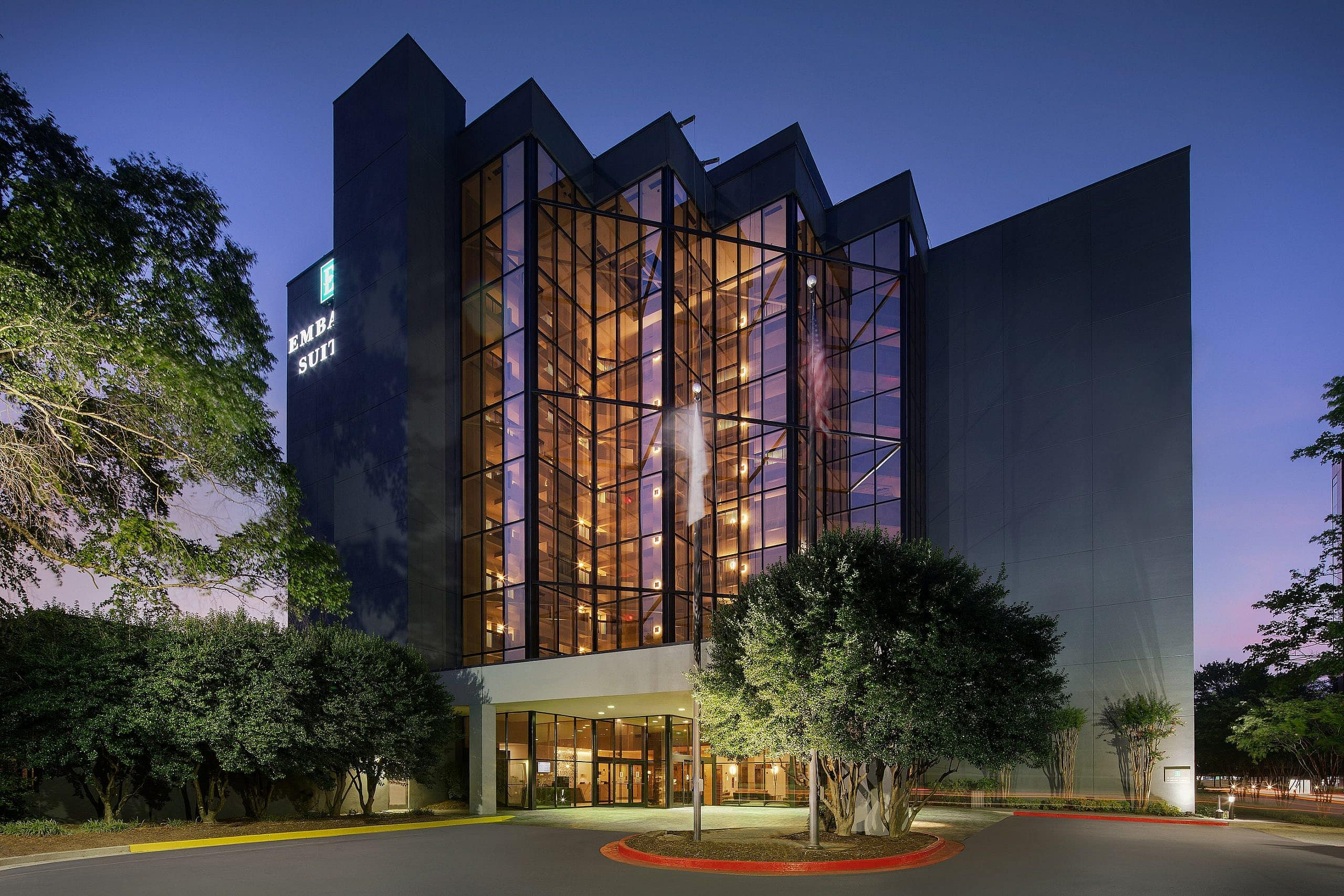 Evening shot of the front of the Embassy Suites Atlanta Perimiter